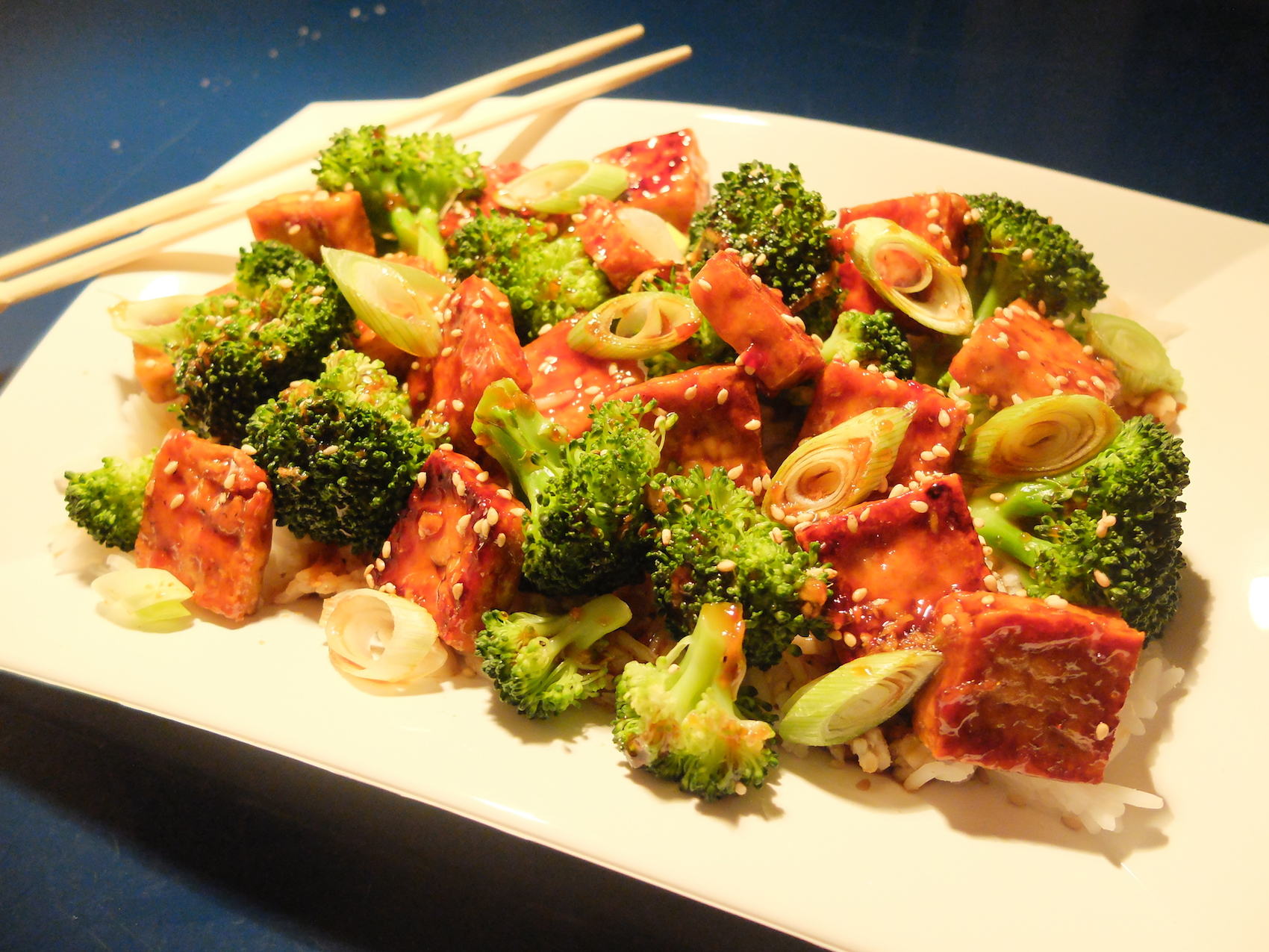 cookinesi asia tofu mit broccoli und fr hlingszwiebeln. Black Bedroom Furniture Sets. Home Design Ideas
