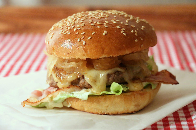 cookinesi beef burger mit karamellisiertem sauerkraut und apfel senf sauce. Black Bedroom Furniture Sets. Home Design Ideas