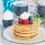 Vegane Pancakes mit Schlagsahne und Beeren