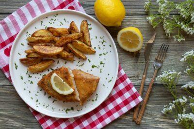 Käse-Schinken-Cordon Bleu mit Äpfeln serviert mit Kartoffelwedges