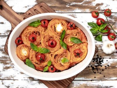 Spaghetti Nester gefüllt mit Mozarella und gebackenen Tomaten