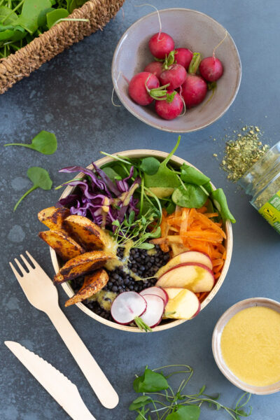 Frühlings-Bowl mit Linsen und saisonalen Gemüse