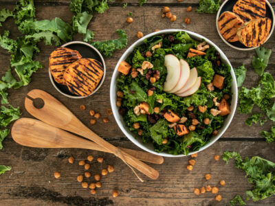 Federkohlsalat mit gerösteten Kichererbsen, Süsskartoffel & Äpfeln