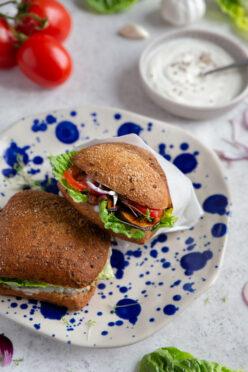 Vegane Sandwiches mit gebratenen Auberginen und Knoblauchsauce